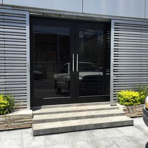 puerta doble de aluminio y vidrio