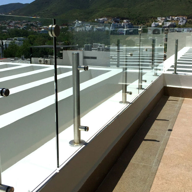 barandal de cristal en terraza con postes