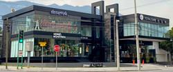 fachada plaza comercial con canceleria d