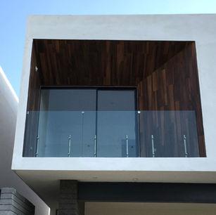 barandal de vidrio templado con postes en fachada minimalista