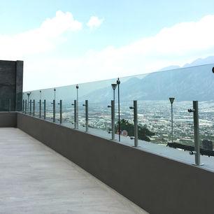barandal de vidrio templado en balcon con postes