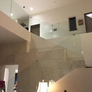 barandal de vidrio embebido en escalera