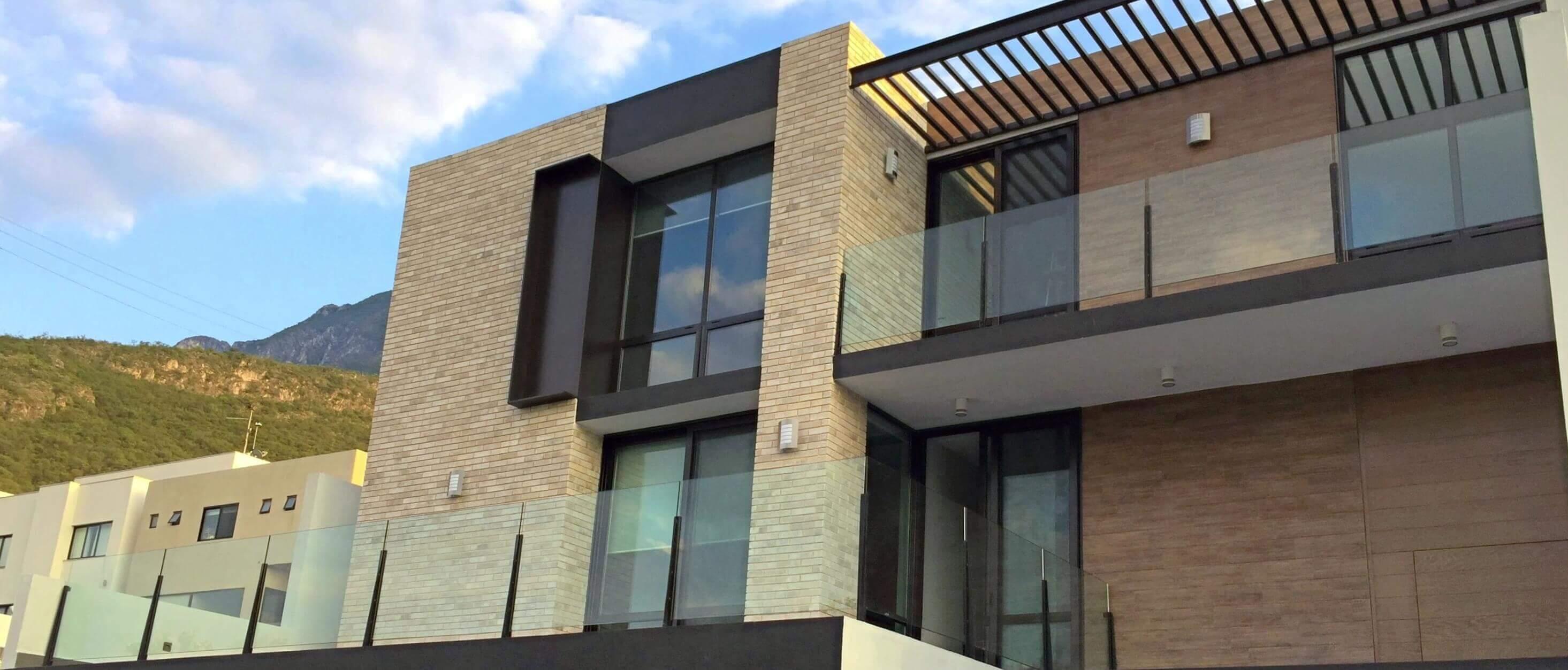 residencia con puertas y ventanas eurove