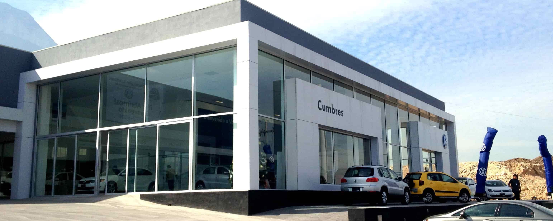 fachada agencia de autos con aluminio y