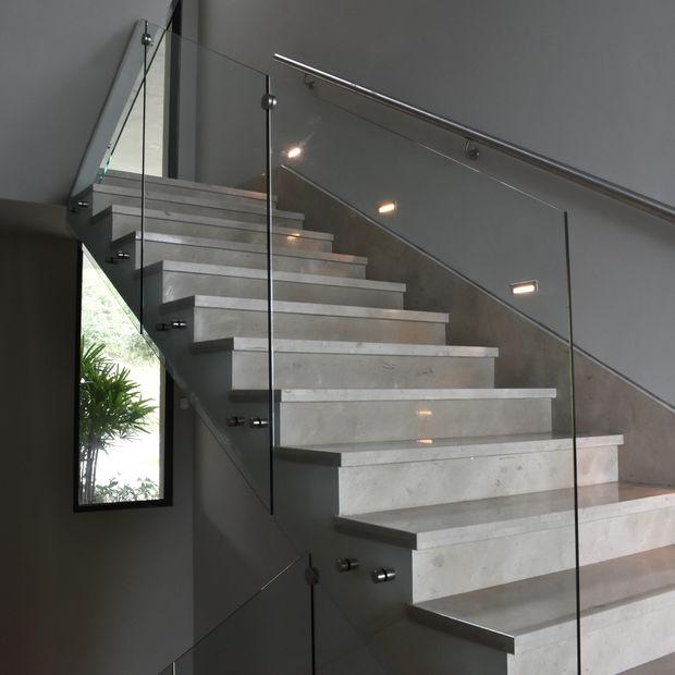barandal de vidrio en escalera con espaciadores