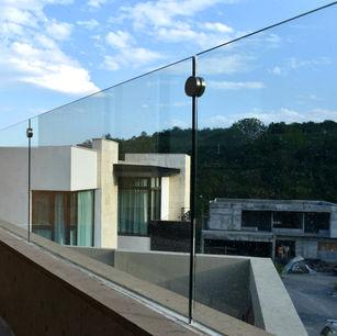 barandal de cristal embutido en terraza