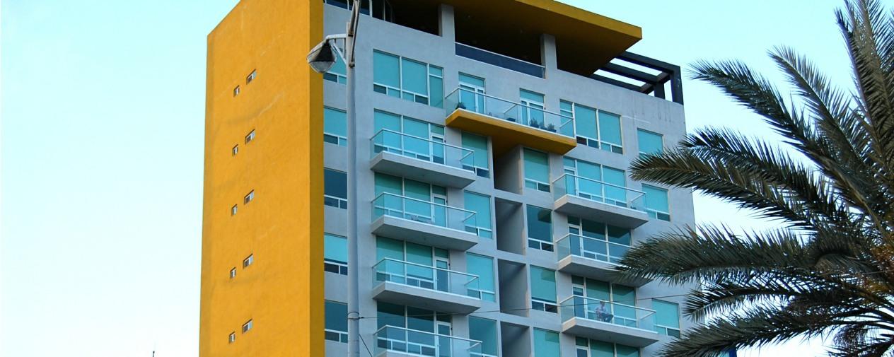 fachada edificio departamentos con puert