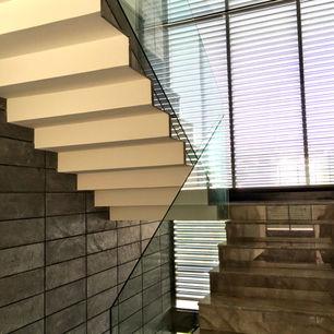 barandal de escaleras con vidrio