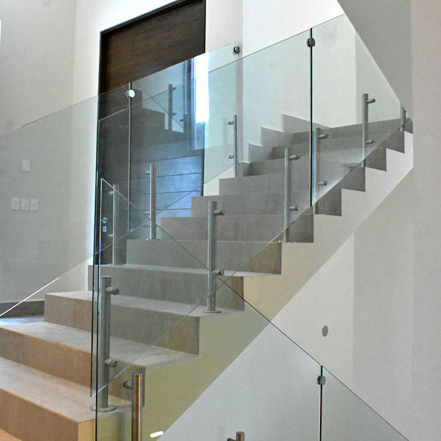 barandal de vidrio en escalera con postes de acero inoxidable