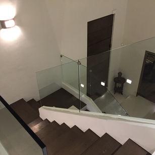 barandal de cristal embebido en escaleras