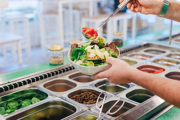 gesunde Salate werden frisch zubereitet