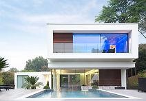Casa moderna con una piscina