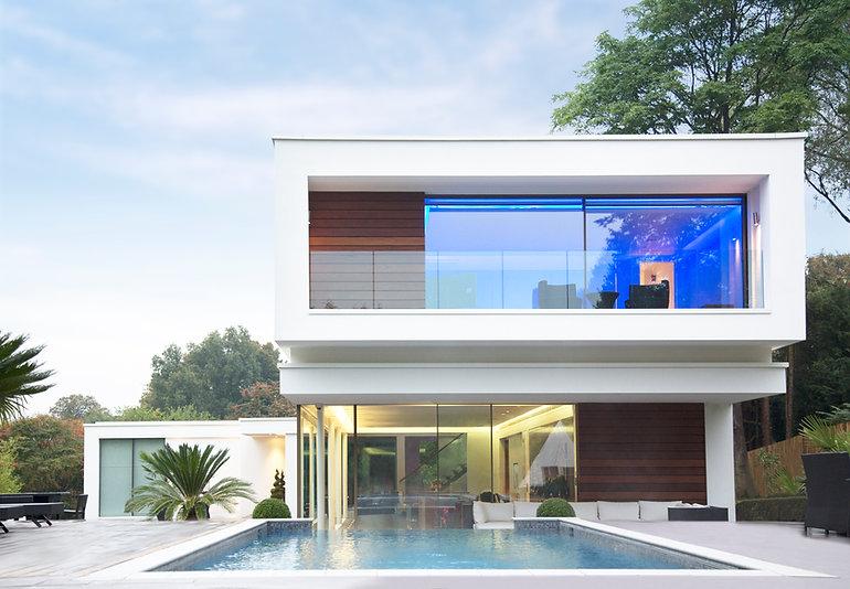 Casa moderno con una piscina