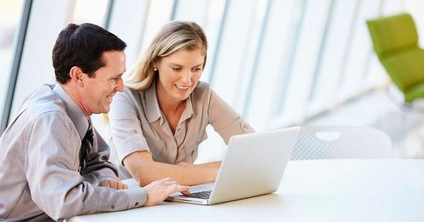 homem-e-mulher-no-computador-trabalho-es