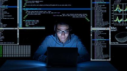 computador-programador-codigo-algoritmo-