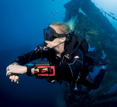 SDI-Diver-in-Front-of-Large-Wreck-Photo-