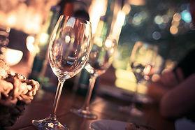 wine-glass-on-restaurant-table-225228.jp