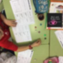 educación alternativa enseñanza aprendizaje inglés bilingüismo experiencias experimentos aula cooperativo matemáticas maths decimales manipulativo dados juegos gamificación