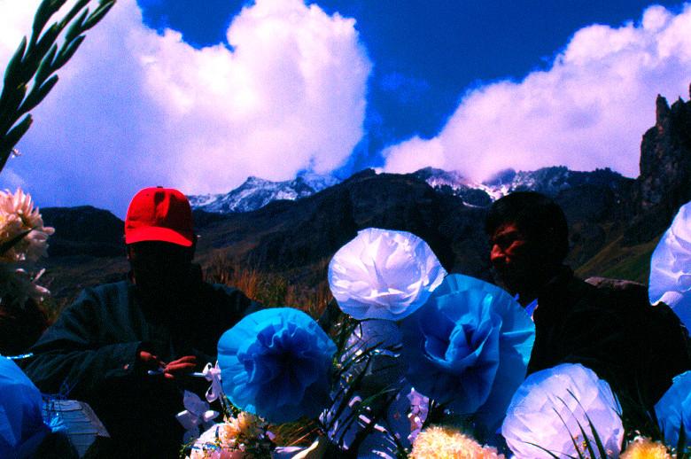 Nombre: Los colores del paisaje cubren la cruz  Autor: Mauricio Ramsés Hernández Lucas   Lugar: Amecameca de Juárez, Estado de México  Matrícula de Catálogo: izam-com-169  Clasificación: Etnográfica  Fecha: 2004  Ángulo: A nivel   Plano:  Primer Plano  Orientación:  Horizontal   Tipo de Película: Positivo/ 35 mm/ Fuji Film/ Color