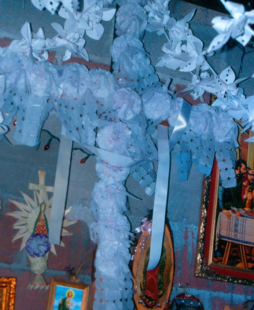 Nombre: Santa Cruz  Autor: Mauricio Ramsés Hernández Lucas   Lugar: San Pedro Nexapa, Amecameca, Estado de México  Matrícula de Catálogo: izsp-com-162  Clasificación: Etnográfica  Fecha: 2002  Ángulo: Contrapicado   Plano:  Primer Plano  Orientación:  Vertical  Tipo de Película: Positivo/ 35 mm/ Fuji Film/ Color