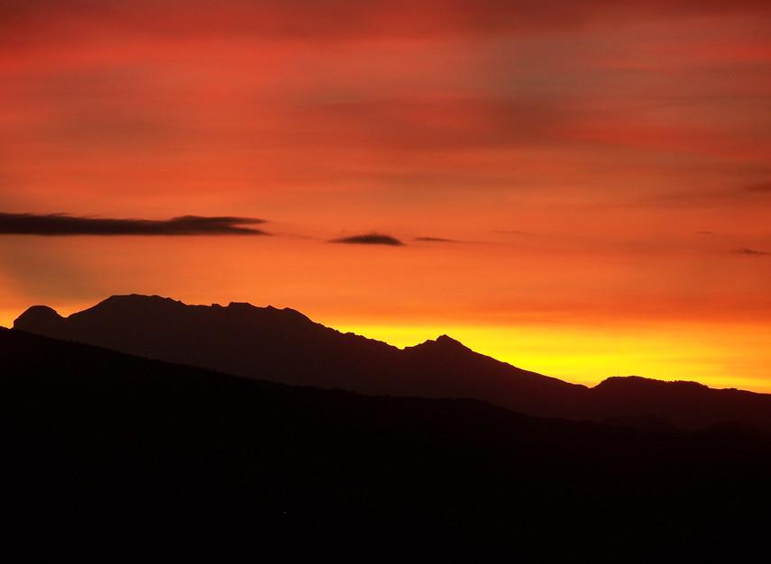 Nombre: Luz matinal del volcán Iztaccíhuatl  Autor: Mauricio Ramsés Hernández Lucas   Lugar: Paso de Cortés,  Estado de Puebla  Matrícula de Catálogo: popc-eco-70  Clasificación: Paisajismo   Fecha: 02/08/2008  Ángulo: A nivel    Plano:  Gran Plano General   Orientación:  Horizontal