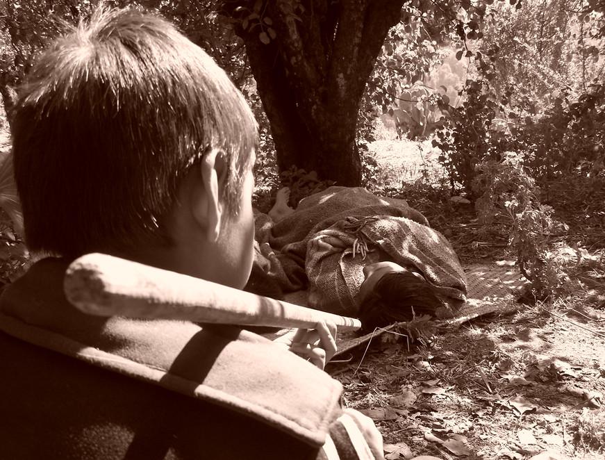 Nombre: Observando al paciente  Autor: Mauricio Ramsés Hernández Lucas   Lugar: Ecatzingo de Hidalgo, Estado de México    Matrícula de Catálogo: poec-com-54  Clasificación: Etnográfica  Fecha: 04/12/2008  Ángulo: Picado  Plano:  Primer Plano   Orientación:  Horizontal
