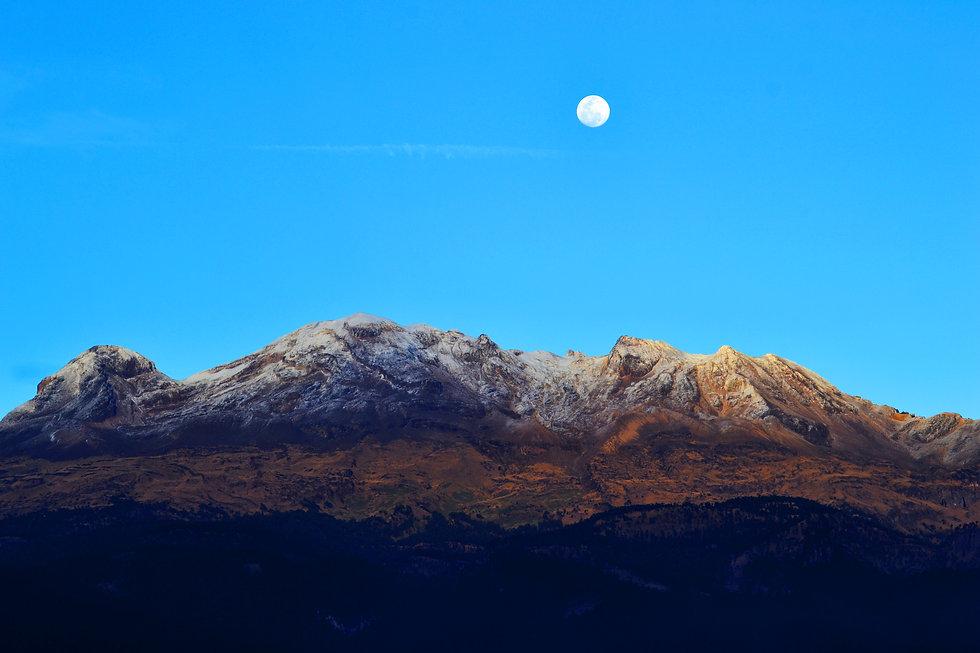Volcán y luna.jpg