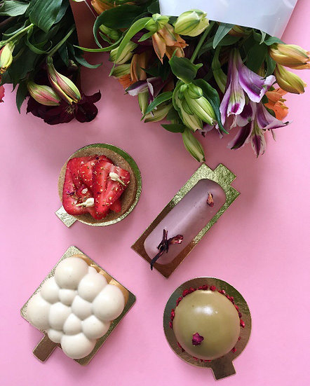 Anyák napi desszertválogatás + virág