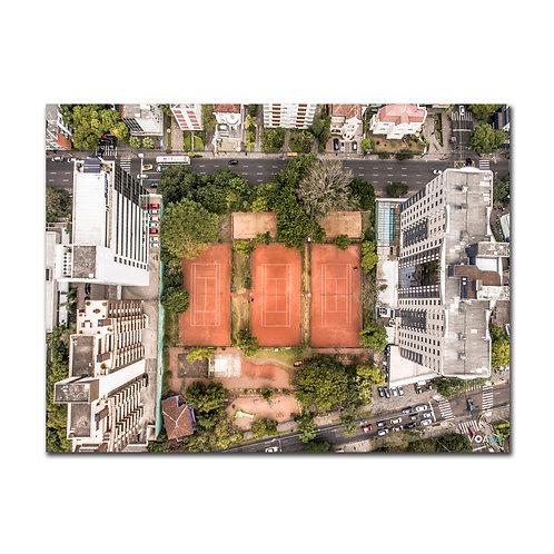 Fotografia aérea de drone do Parque Tenístico José Montaury, Porto Alegre - RS - Brasil, em que se veem as quadras de saibro