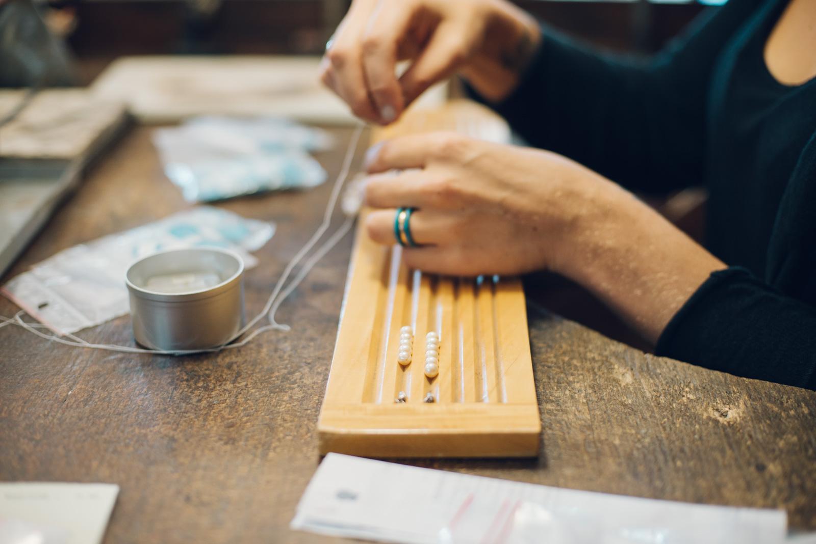 Réenfilage de collier de perles