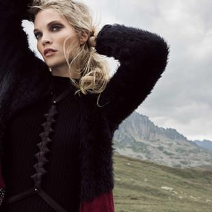 Blonde Frau mit schwarzem Harness
