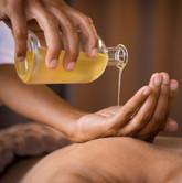 massage ayurvédique huile sesame chaude.