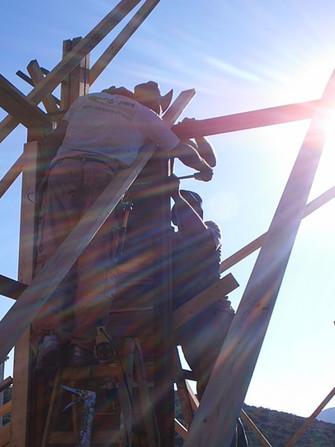 תהליך הבניה קורה במפעל