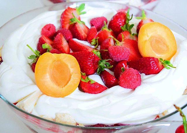 Am combinat bezeaua pufoasa cu cateva fructe de vara … Ce-a iesit_ Un mic rasfat cu gust de vacanta