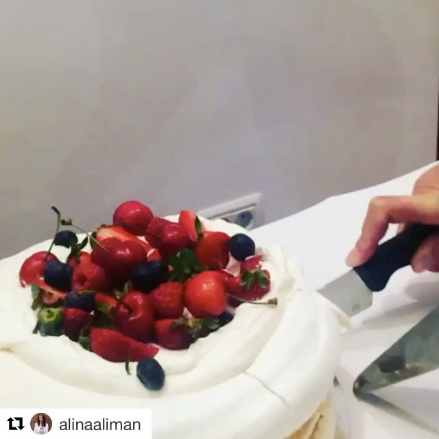 #Repost _alinaaliman with _repostapp_・・・_Dinner with friends _tortdebezea #sweet #tortdebezea #fruit