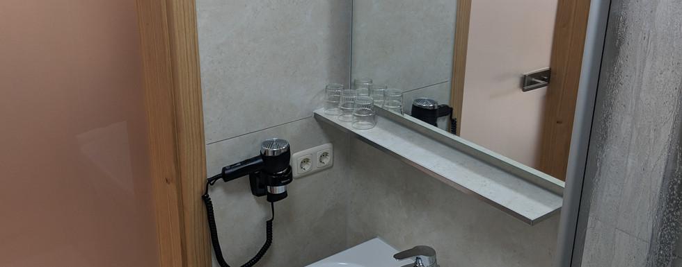 Dreibettzimmer Bad.jpg