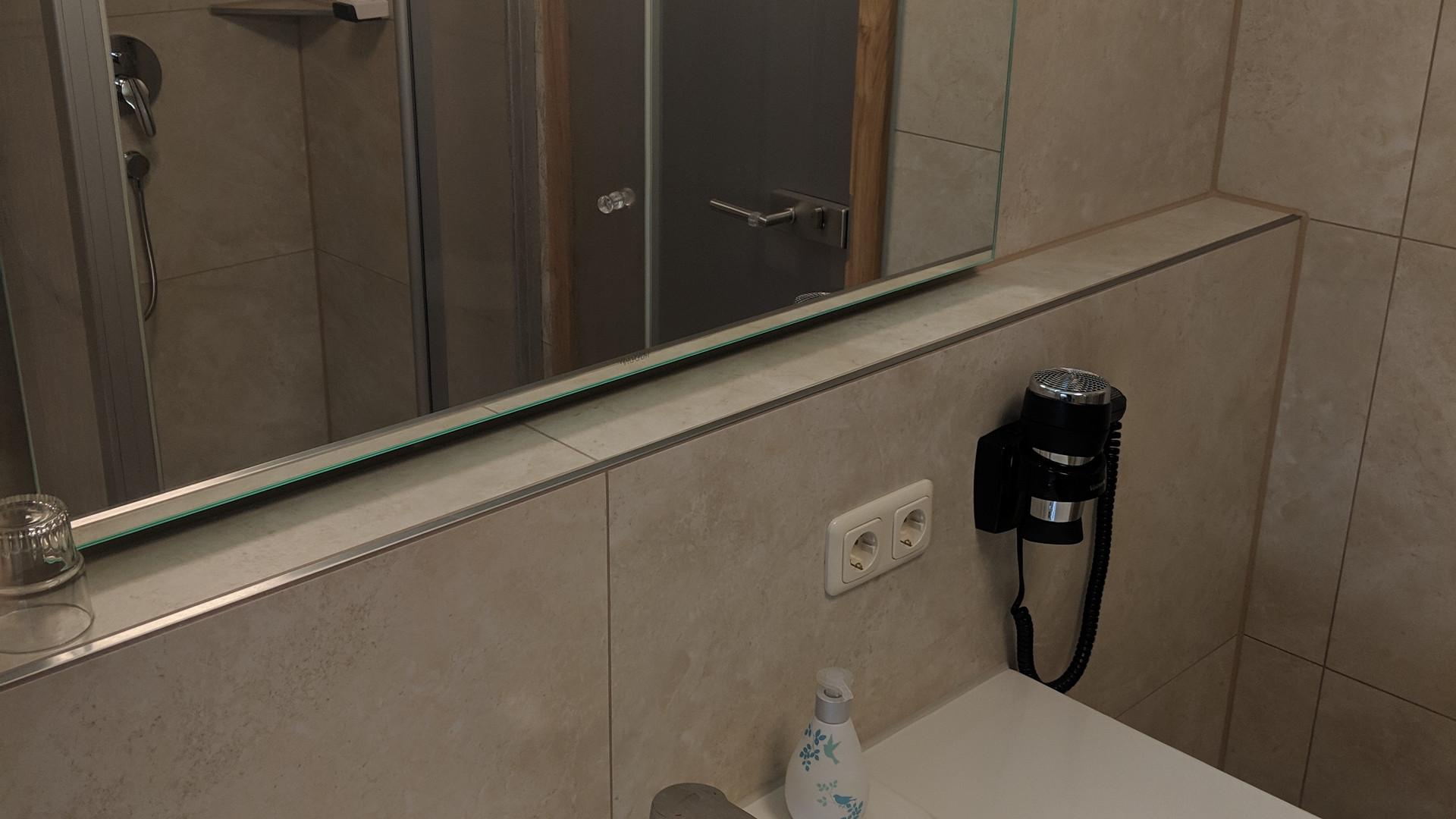 Zweibettzimmer Bad (2).jpg
