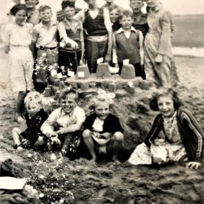 10. Back: Lily holding ? , ? , Edna Rogers, Roger, Sarah.  Middle: Enid, Graham, Trevor, Alec, ? , , Michael Rogers, Sarah. Front: ? , ? , ? , Anne