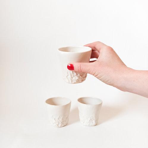keramický hrnek na kávu s texturou