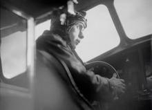 PILOTES ET OPÉRATEURS — Anonyme, Walter Mittelholzer volant dans un aéroplane, 1930 © Archives de l'ETH de Zürich / Fondation Luftbild Schweiz.