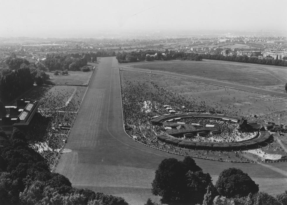 Roger Henrard, L'hippodrome de Saint-Cloud un jour de course, 1951, 20FI1SCL/0006 © Archives départementales des Hauts-de-Seine.