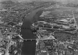 Roger Henrard, Construction du port de Gennevilliers et ancienne centrale électrique, 1950, 20FI1GEN/0004 © Archives départementales des Hauts-de-Seine.