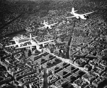 AVIONS — Anonyme, Avions au-dessus des anciennes Halles Baltard, circa 1945 © Service historique de la Défense, CHA Vincennes.