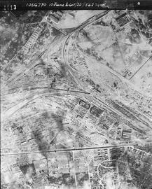 LA VILLE DÉTRUITE — Anonyme, Le Mans bombardée, 10 juin 1944, Mission 106G770, cliché 4113 © Service historique de la Défense, CHA Vincennes.