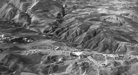 LA VILLE EXHUMÉE — Anonyme, Site archéologique de Djemila « la Belle » en vue oblique, 1960 © Service historique de la Défense, CHA