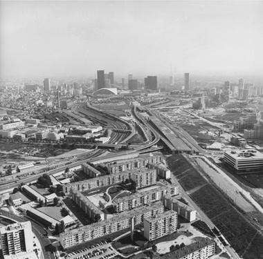 La Documentation française, Les Provinces françaises, construction des Terrasses de Nanterre et La Défense, 1977, 13FI3/151 © Archives départementales des Hauts-de-Seine.