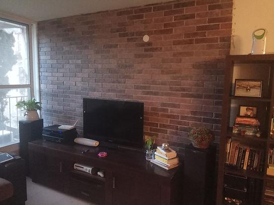 קיר בריקים להרגשת חום ונוחות בסלון