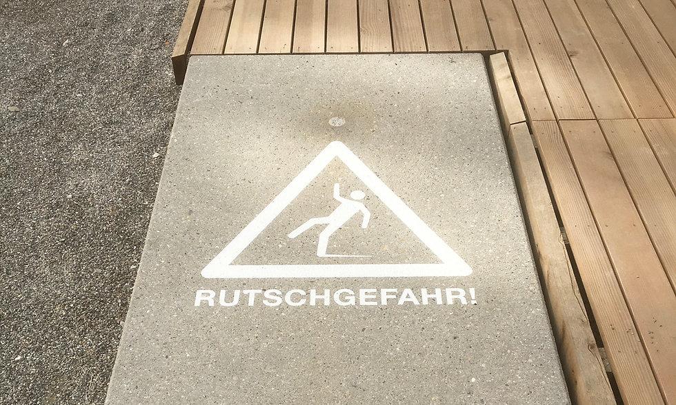 Beschriftung einer Rampe in Winterthur mit Schabloniertechnik