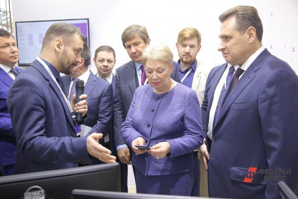 """Константин Трушкин (слева), помощник генерального директора по маркетингу АО """"МЦСТ"""" докладывает об Эльбрусах"""