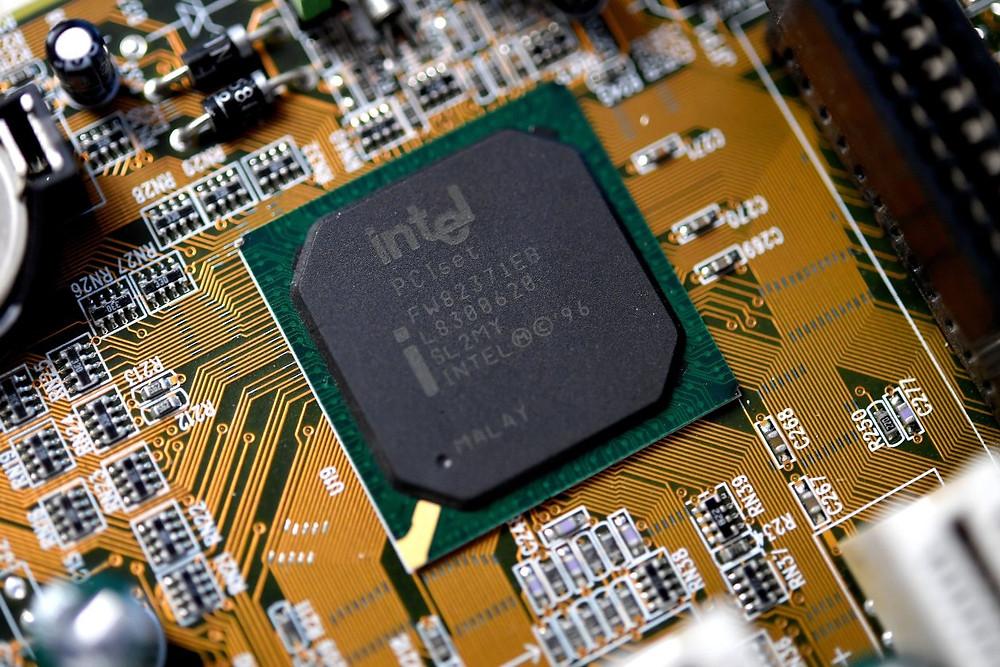 Intel на неделю позже уведомила правитьльство США о найденных уявимостях